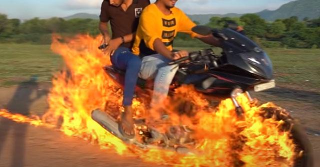 """Rùng mình với youtuber tẩm xăng rồi chạy xe bắt chước """"Ma tốc độ"""""""