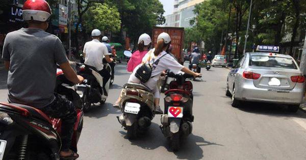 """Bức ảnh hot nhất trưa nay: 2 nữ ninja """"diễu hành"""" trên phố, cô gái ngồi sau có hành động khiến tất cả kinh sợ"""