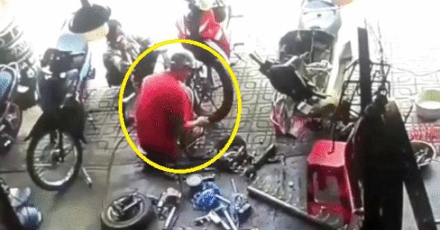 Video: Lốp xe máy đang bơm phát nổ làm thợ sửa xe ngã ngửa đau đớn