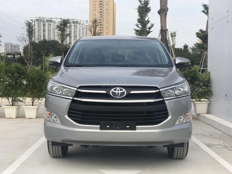 Toyota Innova đại hạ giá 120 triệu, mua xe mới số sàn hay xe lướt số tự động?