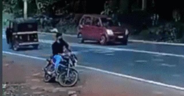 Video: Lái xe máy may mắn nhất quả đất, thoát tử thần máy ủi