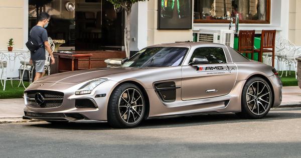 Cận cảnh siêu xe cánh chim Mercedes-AMG SLS vừa về Việt Nam, bộ tem Sport mind gây tranh cãi