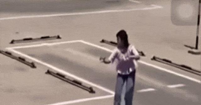 Video: Phì cười cô gái học lùi chuồng ôtô, khua tay như võ mèo
