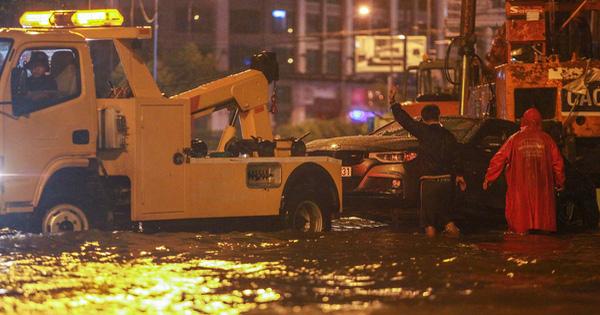 Người Sài Gòn khổ sở trong biển nước, Mercedes, Audi nằm dài chờ cứu hộ từ đêm tới sáng