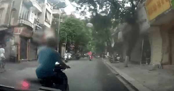 Đột ngột dừng xe chặn đầu ô tô, ông chú tiếp tục có hành động khiến tài xế ngao ngán đánh xe đi