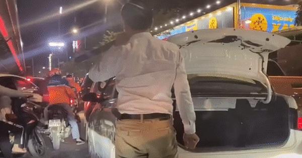 Quá sốt ruột khi chờ đợi tắc đường, người đàn ông xuống xe làm một việc khiến ai cũng phải ngạc nhiên