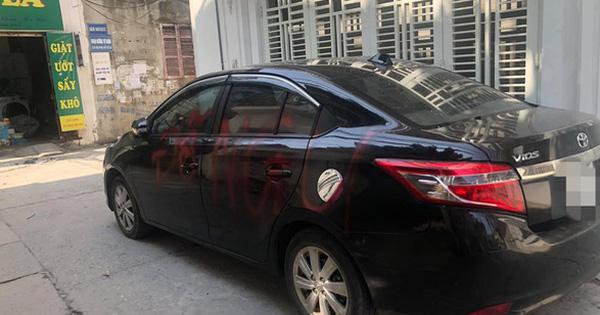 """Đỗ ô tô trong ngõ rồi rời đi, khi quay lại chủ xe """"tái mặt"""" vì 2 chữ sơn đỏ nổi bật trên thân xe"""