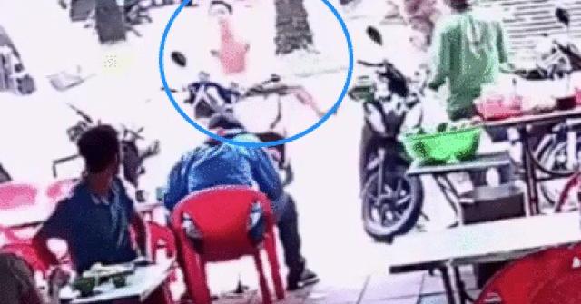 Video: Lái xe máy lao lên vỉa hè, tông vào quán cơm, thực khách ngơ ngác