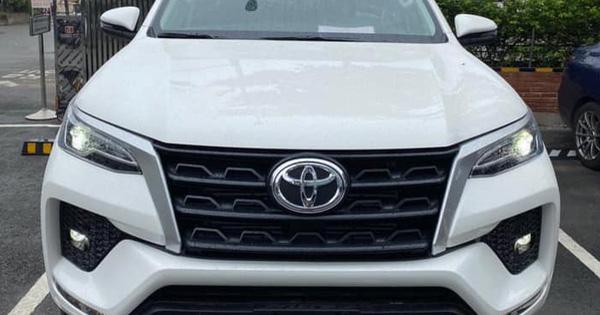 Toyota Fortuner 2021 bất ngờ đổ bộ đại lý trước ngày ra mắt: Bom tấn cho khách Việt sau Kia Sorento