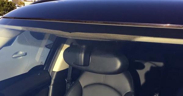 Vì sao trên kính lái ô tô lại có những chấm đen nhỏ li ti?
