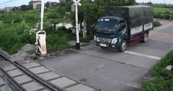 Tài xế xe tải đâm gãy thanh chắn tàu, hành động sau đó của thanh niên chạy xe đạp điện gây chú ý hơn cả