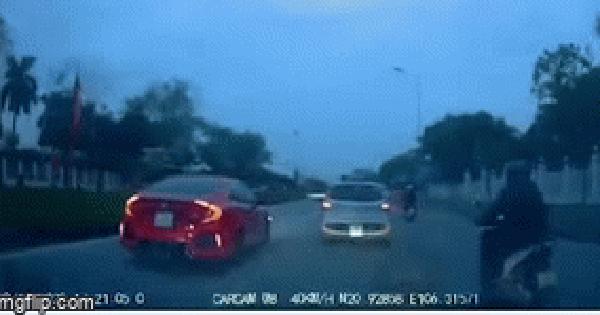 Người phụ nữ trên ô tô tức giận, đạp bật tung cửa xe, phản ứng của tài xế nhận nhiều chỉ trích
