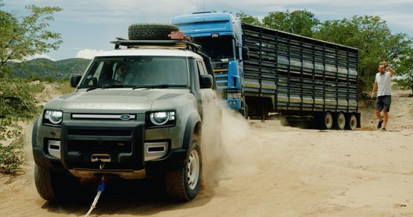 Đang lang thang tìm ý tưởng quảng cáo, Land Rover Defender bất ngờ gặp xe tải 20 tấn mắc kẹt và cứu nguy: Hiệu quả hơn cả những ý tưởng bạc tỷ