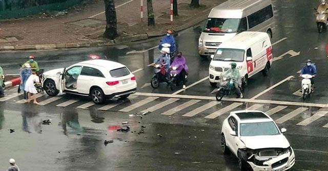 Hai chiếc xe sang tiền tỷ tông nhau văng cản trước giữa ngã tư