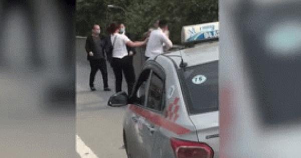 Clip: Tài xế taxi cùng hai hành khách nam đánh nhau tới chảy máu đầu trên đường vành đai 3