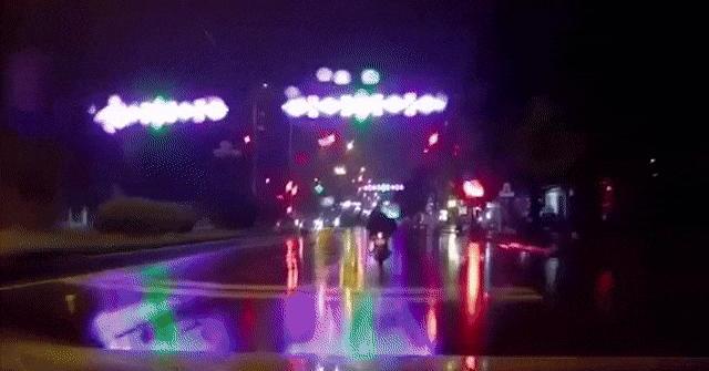 Clip: Ô tô húc văng xe máy đang dừng đèn đỏ dưới trời mưa