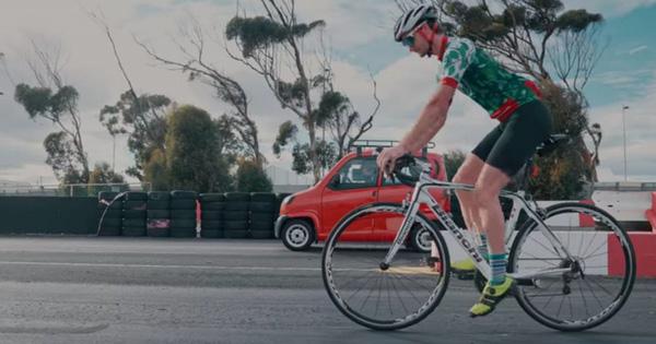 Ô tô rẻ bậc nhất thế giới đua suýt thua cả xe đạp