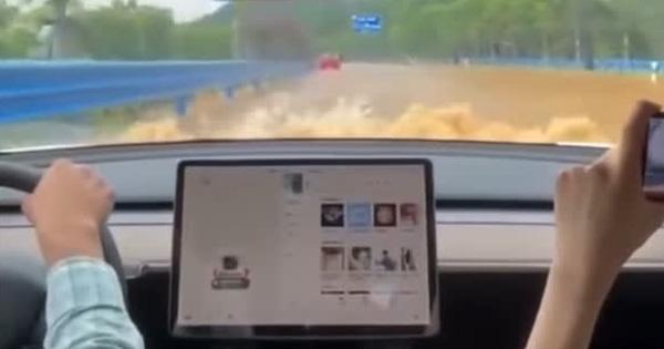 Xe Tesla lao băng băng giữa đường ngập nước, không rõ xe điện VinFast làm được điều tương tự hay không?