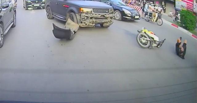 Range Rover rơi cản trước khi va chạm với xe máy đi cùng chiều