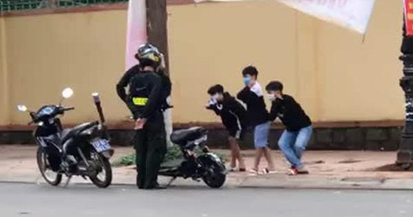 """Cán bộ giáo dục nói gì về việc phạt học sinh vi phạm luật giao thông bằng """"thụt dầu""""?"""