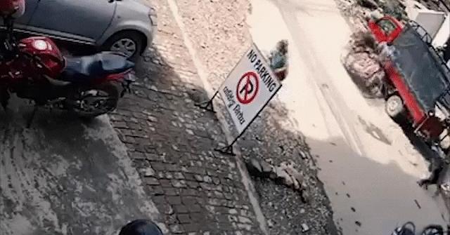 Video: Xe tải lùi không quan sát, đè bẹp xe máy trong sự ngỡ ngàng