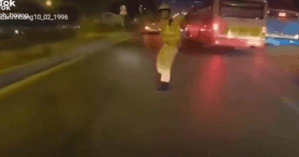 CLIP: Nẹt pô xe dọa CSGT, thanh niên có màn tăng tốc bỏ trốn gây bức xúc