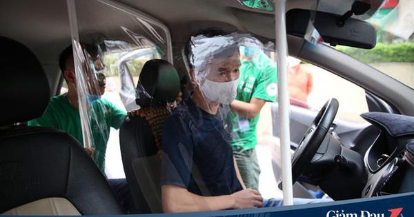 Cận cảnh xe taxi công nghệ lắp vách ngăn bằng tấm nhựa giúp phòng ngừa dịch Covid-19